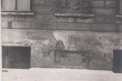 Илл. 15. Фрагмент фасада дома  №12 по наб. реки Мойки с мемориальной доской А.С.Пушкину. 1940-е гг. Фото из архива ГМГС.