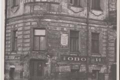 Илл. 40. Фрагмент  фасада  дома №57 по ул. Декабристов с м.д. А.А.Блоку. Фото из  архива ГМГС.