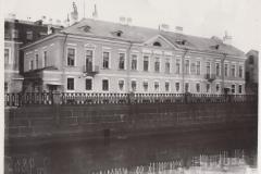 Илл. 41. Фасад дома № 23 по наб. Крюкова канала с мемориальной  доской А.В.Суворову.  До 1950-гг. Фото из архива ГМГС.